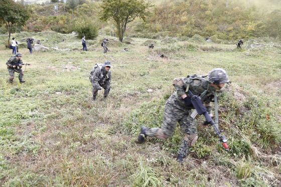 지난 11일 강원도 인제군 KCTC 훈련장에서 실전같은 모의 전투가 벌어졌다. 자세를 낮추고 앞으로 진격하고 있다. [사진 육군 제공]