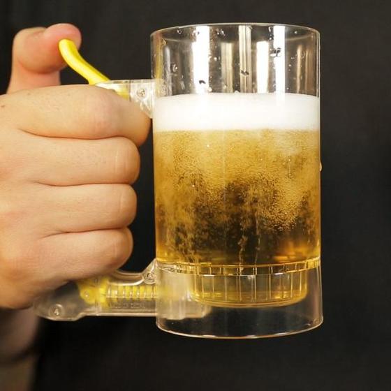 맥주 거품을 만들어주는 머그잔.