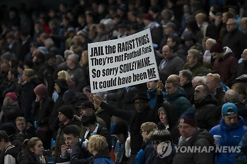 인종차별 행위를 펼친 첼시팬을 비난하는 팬들.[AP=연합뉴스 자료사진]