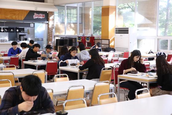 '1000원의 아침 식사'를 시행한 뒤 아침 식사를 하는 학생이 하루 50명에서 150명으로 늘었다. [사진 울산대학교]