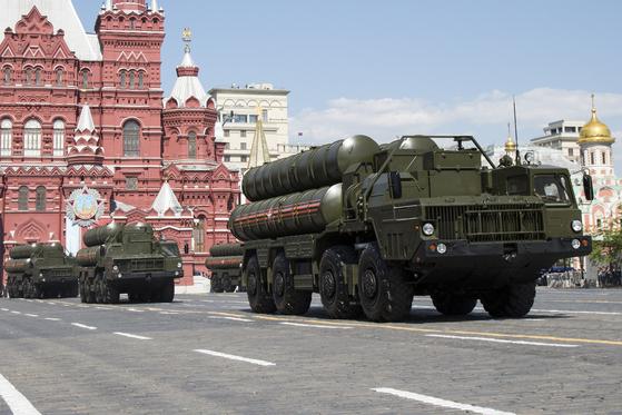 2016년 5월 9일 모스크바에서 열린 전승 71주년 기념 열병식에서 S-300 방공미사일. 러시아는 이스라엘 F-35이 대항마로 이 미사일을 최근 시라아에 지원했다. [AP]