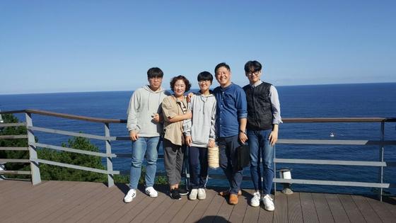 지난해 가을, 동생 가족이 경북 영덕군 근처로 여행 가서 찍은 가족사진이다. 왼쪽부터 큰 조카, 올케, 셋째 조카, 남동생, 둘째 조카. [사진 송미옥]