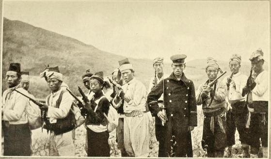 1907년 일본에 맞서 무장한 의병. 영국의 '데일리메일'에 게재된 사진 [중앙포토]