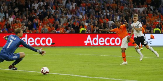 14일 열린 UEFA 네이션스리그 2차전에서 후반 추가 시간 네덜란드의 조르지오 베이날둠에서 골을 내주는 독일 골키퍼 마누엘 노이어(왼쪽). [AP=연합뉴스]