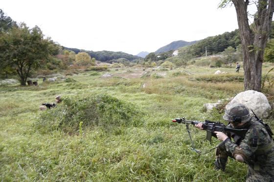 지난 11일 강원도 인제군 KCTC 훈련장에서 실전같은 모의 전투가 벌어졌다. 대항군이 흙더미에 뒤로 숨고 있다. [사진 육군 제공]