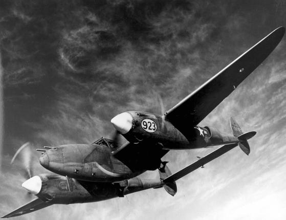제2차 세계대전 때 미 육군항공대(공군의 전신)의 P-38 라이트닝. 1980년대 오락실에서 인기를 끌던 슈팅게임 '1942'에선 이 전투기가 주인공이다.