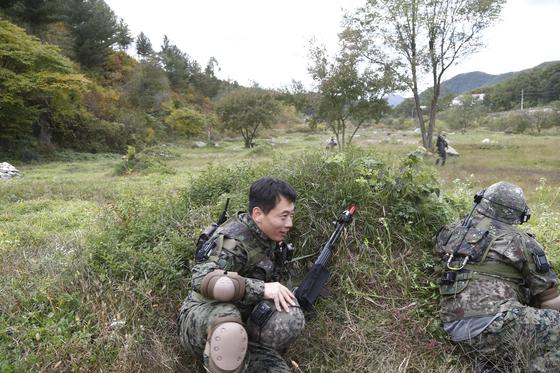 지난 11일 강원도 인제군 KCTC 훈련장에서 실전같은 모의 전투가 벌어졌다. 대항군에 공격받아 전사한 기자가 방탄모를 벗고 훈련장을 벗어나고 있다. [사진 육군 제공]