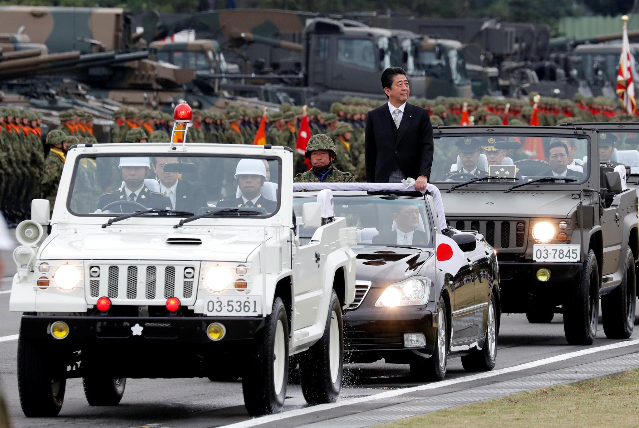 아베 일본 총리가 차량에 올라 자위대를 사열하고 있다. [로이터=연합뉴스]