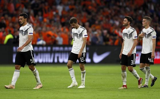 14일 열린 UEFA 네이션스리그 2차전에서 네덜란드에 패한 뒤, 고개를 숙인 독일 축구대표팀 선수들. [AP=연합뉴스]