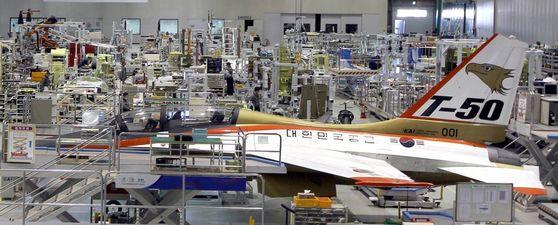 경남 사천의 한국항공우주산업(KAI) 공장에서 KAI가 독자 개발한 고등훈련기 T-50을 조립하는 모습 [중앙포토]