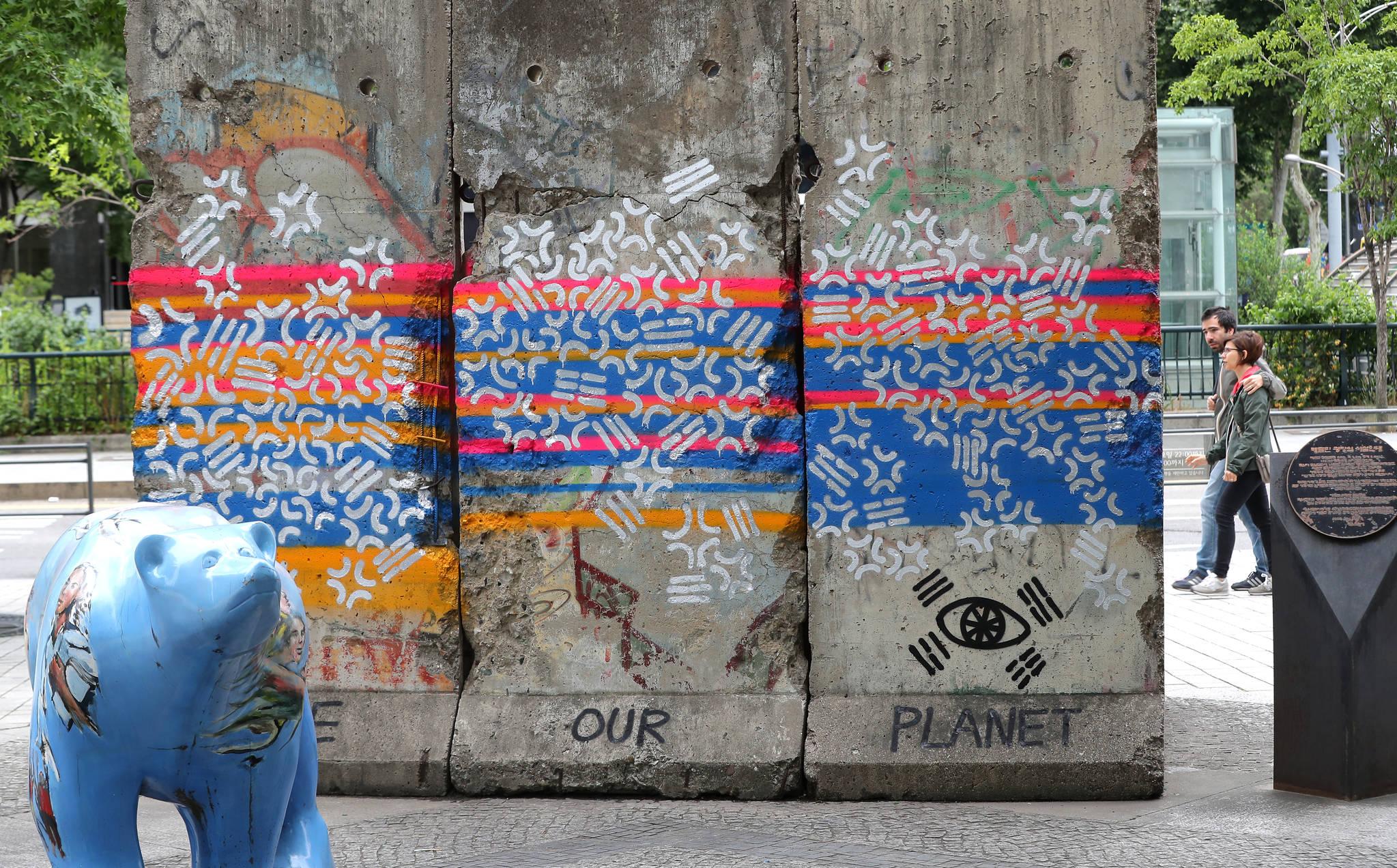 서울 청계천 베를린광장에 설치된 베를린장벽이 그라피티로 훼손돼있다. [뉴스1]