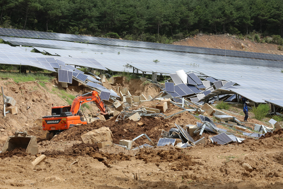 지난 8월 경북 청도군 매전면 국도 58호선 옆 산비탈에 설치된 태양광 발전시설 붕괴현장에서 응급복구가 진행되고 있다. [뉴스1]