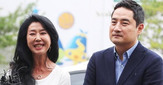 지난 14일 경찰에 출석한 배우 김부선과 법률대리인 강용석 변호사. [연합뉴스]