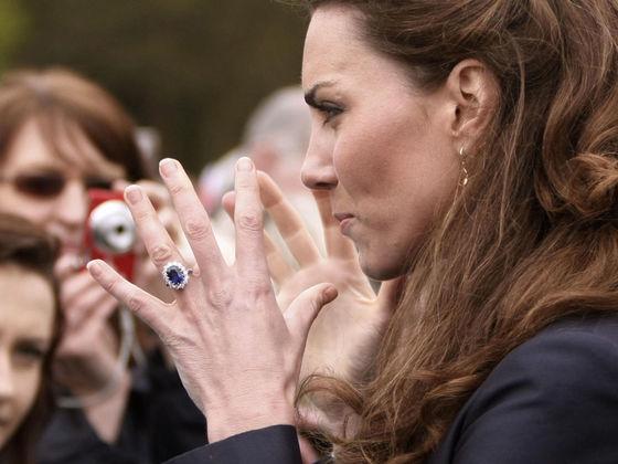 다이애나 왕세자빈의 약혼 반지를 물려받은 케이트 미들턴 영국 왕세손빈. 반지는 사랑의 영원함을 의미하며 동시에 사랑에 대한 결속을 나타낸다. [사진 스카이뉴스 캡처]