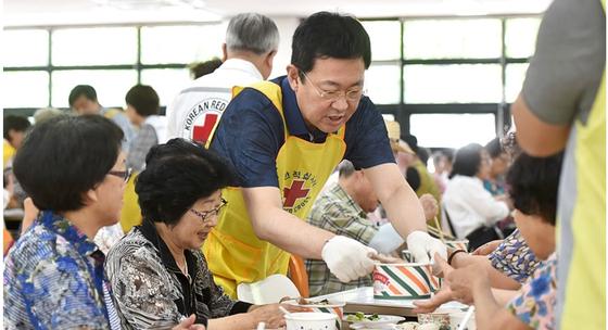 박남춘 인천시장이 식당에서 어르신들에게 식사를 제공하는 자원봉사에 임하고 있다. [사진 인천시]