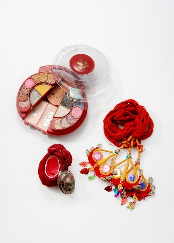 네팔 결혼식에서 신랑이 신부에게 선물하는 장신구와 화장품. 장신구는 인간을 더 아름답게 표현하기 위해 신체의 추한 부분을 감추고자 하는 데서 유래되었다. [사진제공=국립민속박물관]