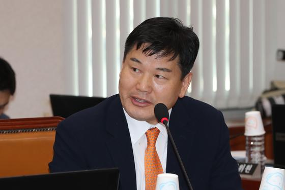더불어민주당 홍의락 의원이 10일 오후 국회에서 열린 산업통상자원부 국정감사에서 질의하고 있다. [연합뉴스]