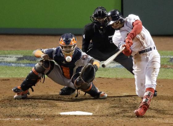 보스턴의 무키 베츠가 15일 휴스턴과의 ALCS 2차전에서 8회 적시 2루타를 날리고 있다. [AP=연합뉴스]