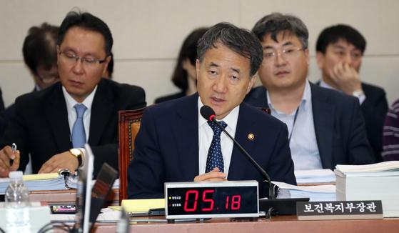 박능후 보건복지부 장관이 11일 서울 여의도 국회에서 열린 보건복지위원회 보건복지부에 대한 2018년도 국정감사에서 의원들의 질의에 답변하고 있다. 변선구 기자