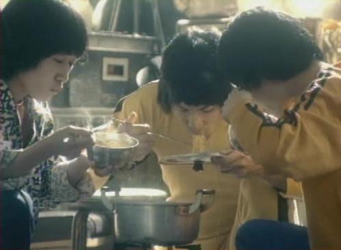 양은냄비에 끓인 라면을 먹는 모습이 담긴 1970년대 초에 방영된 라면 광고