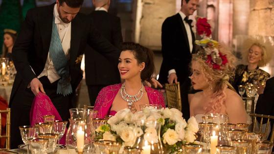 영화 '오션스8' 스틸컷. 가운데 핑크색 드레스를 입은 톱스타 다프네 역의 앤 해서웨이의 목에 걸린 다이아몬드 목걸이가 1500억원이다. [사진 영화사]