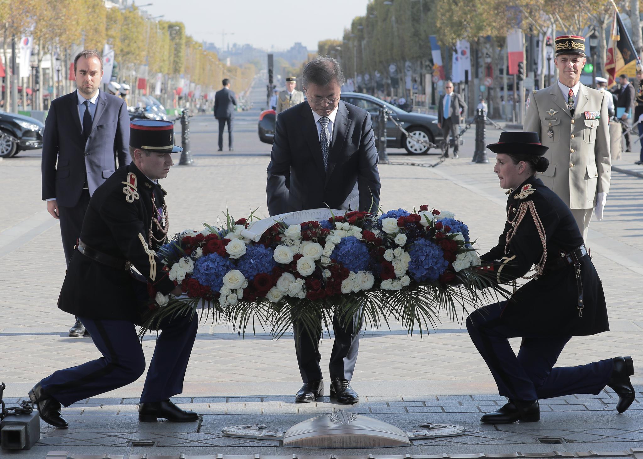 프랑스서 6·25 참전용사 만난 문 대통령…희생 가슴에 살아있다