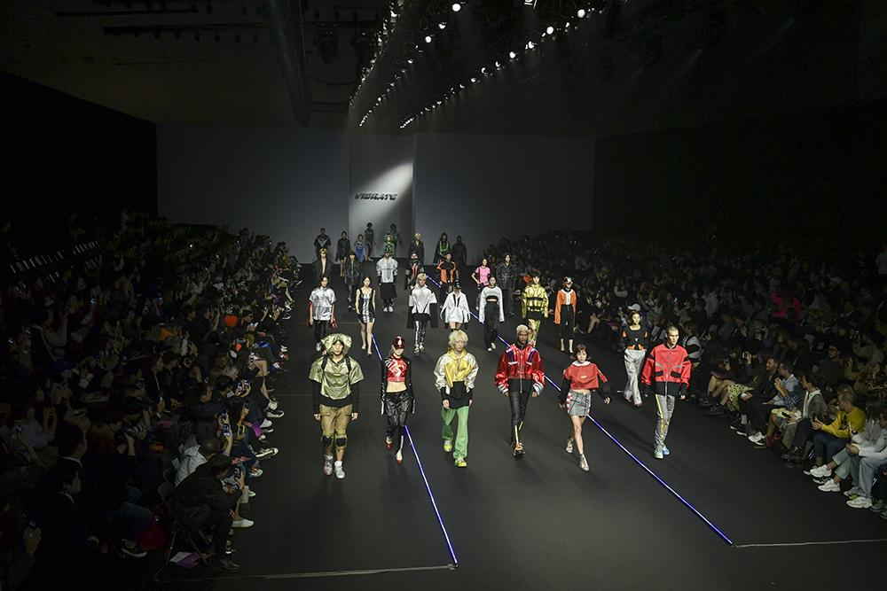 16일 오전 서울 동대문디자인플라자에서 '바이브레이트' 패션쇼가 진행되고 있다. [사진 헤라서울패션위크]