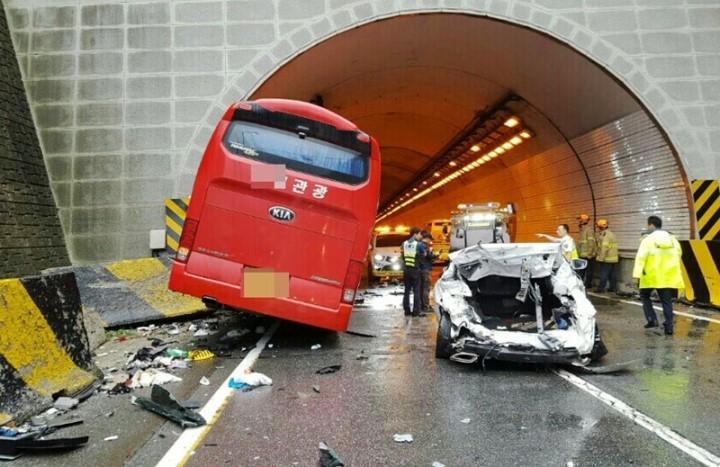 2016년 6월 영동고속도로 봉평터널 부근에서 발생한 전세버스 교통사고 현장. [뉴스 1]