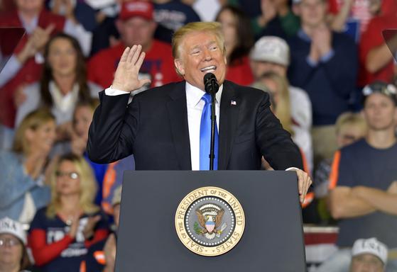 """도널드 트럼프 미국 대통령이 지난 13일 켄터키주 중간선거 유세에서 """"우린 캐버노를 끝까지 지켰다. 민주당이 그에게 한 짓은 국가적 수치""""라고 공격했다.[AP=연합뉴스]"""