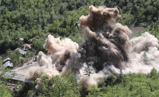 지난 5월 24일 외신 기자가 참관한 가운데 진행된 풍계리 핵실험장 폭파 장면. [연합뉴스]