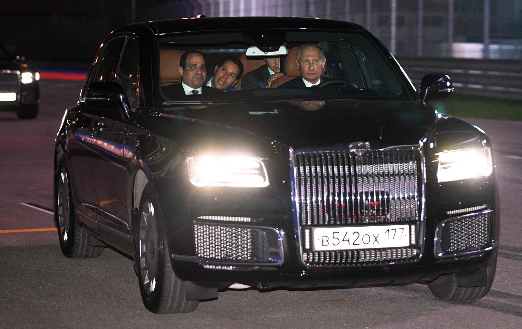 블라디미르 푸틴 러시아 대통령이 17일(현지 시간) 러시아 소치 오토돔의 F1 그랑프리 서킷에서 압둘팟타흐 엘시시 이집트 대통령(왼쪽)을 조수석에 태우고 직접 아우러스 세나트 세단을 운전하고 있다. [AP=연합뉴스]
