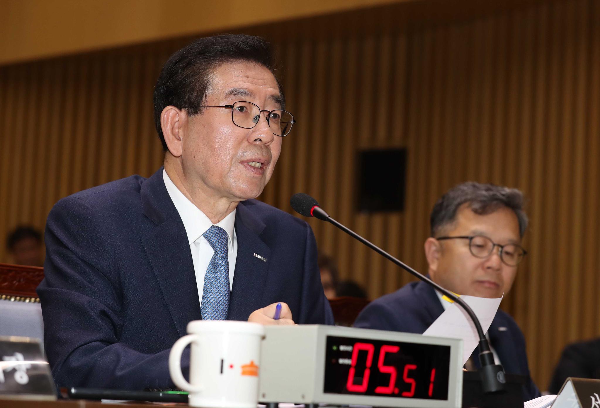 박원순 서울시장이 18일 서울시청에서 열린 국회 행정안전위원회 국정감사에서 의원들의 질의에 답하고 있다. 김상선 기자