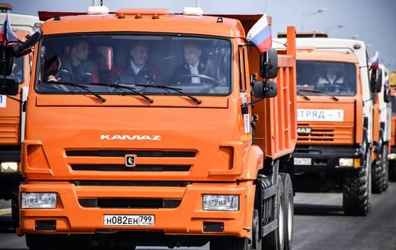 지난 5월 15일 블라디미르 푸틴 러시아 대통령이 러시아와 크림 반도를 잇는 크림교의 개통식을 축하하기 위해 직접 트럭을 운전하고 있다. [AP=연합뉴스]