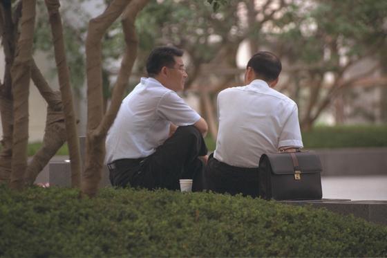 회사원들이 앉아서 담소를 나누고 있다. [중앙포토]