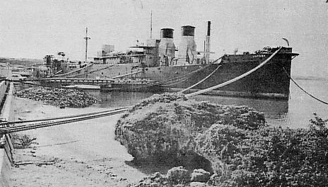 미국의 전력선 자코나호가 해상에서 발전한 전기를 육상에 공급하는 모습. 48년 부산항에 투입됐던 이 선박은 55년 미군 점령 하의 일본 오키나와로 옮겼다. [위키피디아]