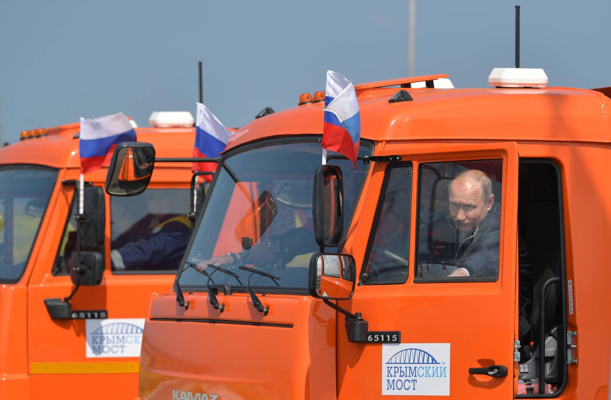 지난 5월 15일 블라디미르 푸틴 러시아 대통령이 러시아와 크림 반도를 잇는 크림교의 개통식에서 직접 운전을 하기 위해 트럭에 오르고 있다. [EPA=연합뉴스]