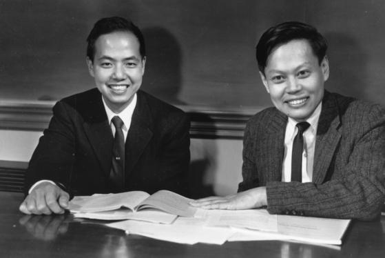 미국에서 입자물리학을 공동으로 연구한 끝에 1957년 노벨 물리학상을 함께 수상한 중국인 리정다오(李政道·92)와 양전닝(楊振寧·96). 중일전쟁이 한창인 시절 피난 대학에서 어렵게 공부한 이들은 전후 미국 시카고대로 유학해 박사학위를 받았다. 하지만 중국으로 돌아가지 않고 미국에 남았다. 김법린 원자력 원장은 이들의 수상에도 중국은 여전히 과학기술이 낙후하고 가난한 나라로 남아 있음을 지적했다. [중앙포토]