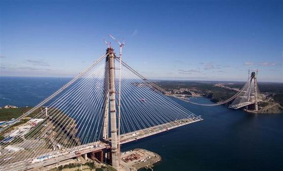 현대건설이 설계, 시공한 터키 이스탄불 제3대교는 세계 최초, 최대의 장경간 사장 현수교다. 유럽과 아시아 대륙을 연결하는 철도, 도로 병용 교량이기도 하다.