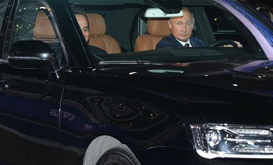 블라디미르 푸틴 러시아 대통령이 17일(현지 시간) 러시아 소치 오토돔의 F1 그랑프리 서킷에서 압둘팟타흐 엘시시 이집트 대통령(왼쪽)을 조수석에 태우고 직접 아우러스 세나트 세단을 운전하고 있다. [EPA=연합뉴스]