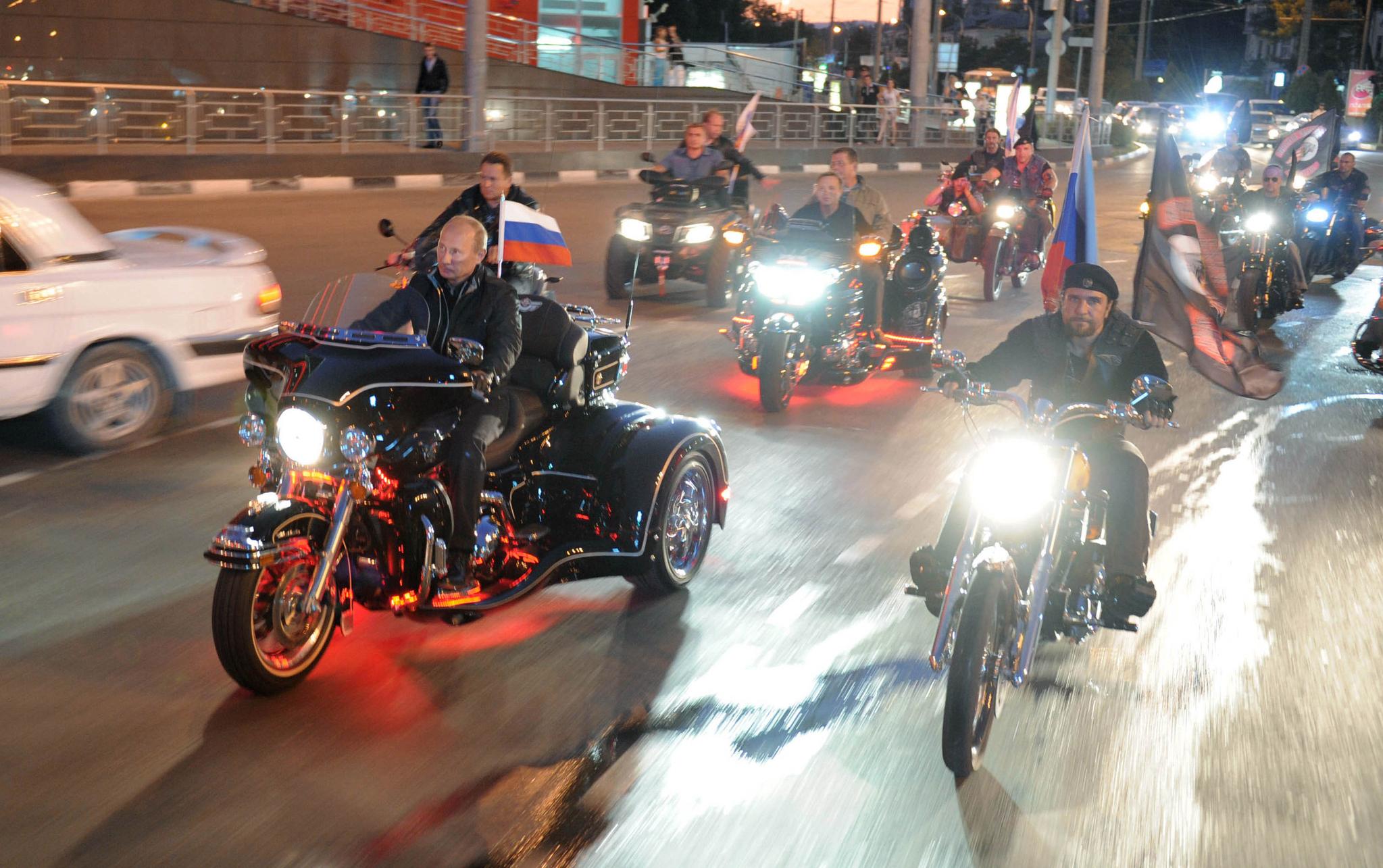 지난 2011년 회담차 우크라이나를 방문 한 푸틴 대통령(당시 총리)이 오토바이 축제장을 찾아 폭주족 나이트 울프와 함께 오토바이를 몰고 있다. [AP=연합뉴스]