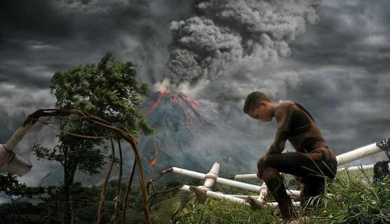 영화 '애프터 어스'에서 주인공 사이퍼와 그의 아들 키타이는 우주정찰 임무를 띠고 가던중 외계 행성에 불시착한다. 알고 보니 이 행성은 환경오염으로 파괴된 지구였다. 지구의 모든 동식물은 오염의 주범인 인간을 공격하도록 진화돼 있었다. [사진 영화 캡처]