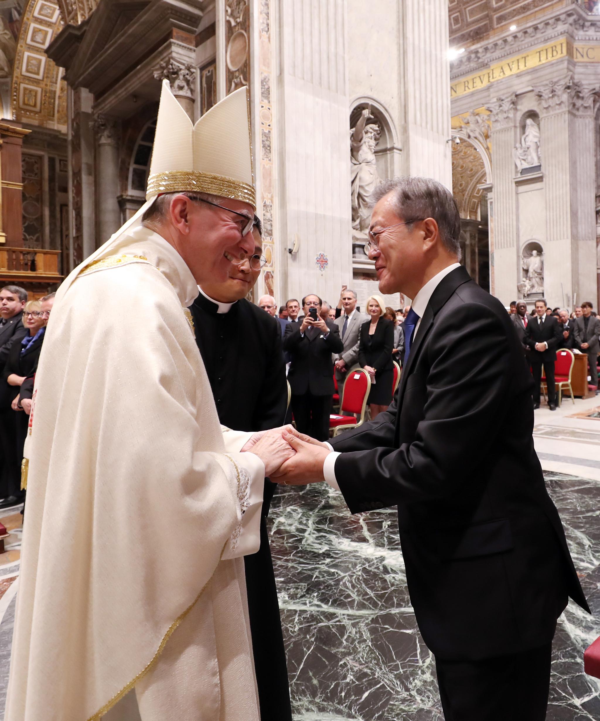 교황청을 공식 방문 중인 문재인 대통령이 17일 오후 (현지시간) 로마 성 베드로 대성당에서 피에트로 파롤린 국무원장(왼쪽)이 집전한 '한반도 평화를 위한 특별미사'에 참석해 인사를 나누고 있다. [연합뉴스]