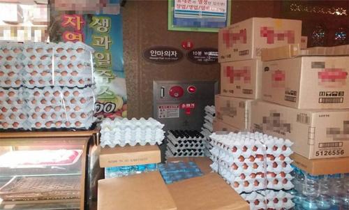 지난 1월 서울의 한 찜질방 소화전 앞에 물건이 가득하다. [서울소방재난본부 제공]