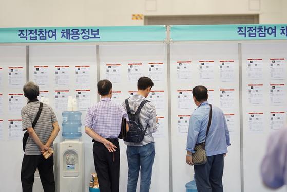 지난달 19일 한국노인인력개발원이 개최한 '2018 60+시니어 일자리 한마당'에서 참석한 구직자들. [중앙포토]