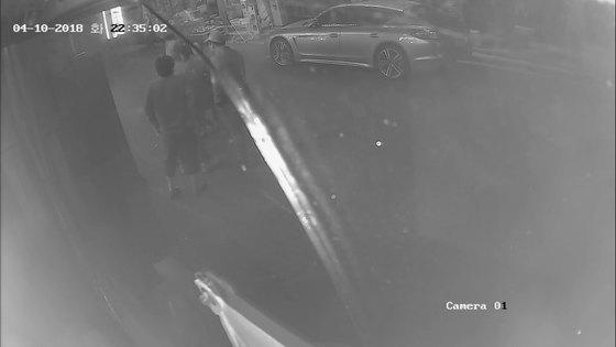 지난 4월 10일 대구 동구 불로동 한 도로에서 20~30대 청년과 50대 남녀간 벌어진 폭행 사건이 담긴 폐쇄회로TV 영상 캡쳐. [사진 대구경찰청]