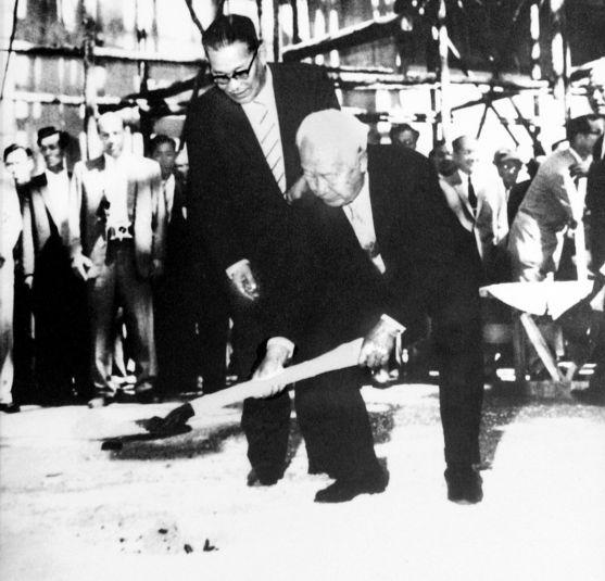 1959년 7월 14일 한국 최초 연구용 원자로의 기공식 장면. 이승만 대통령이 첫 삽을 뜨고 뒤에 김법린 초대 원자력원장이 서있다. [사진 정근모 박사]