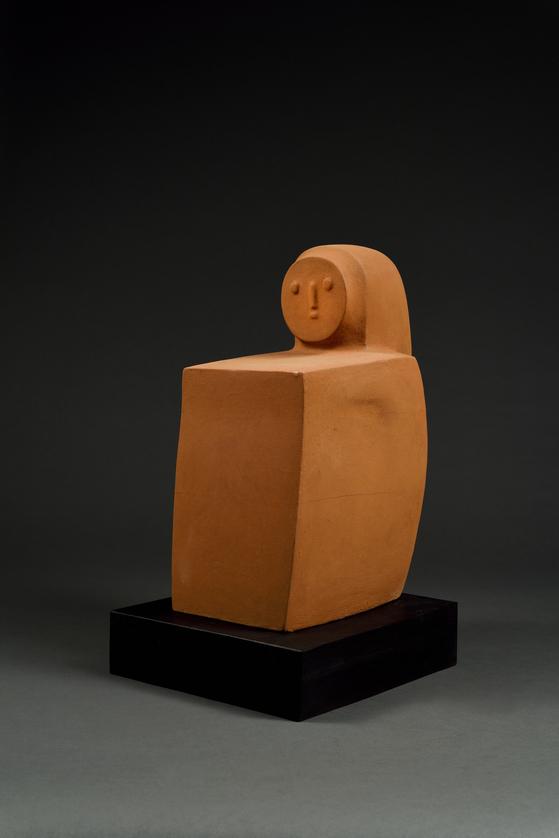 최종태, '앉아있는 사람(Sitting Figure)'(2018). 나무 위에 황토 채색을 한 작품이다. [사진 가나아트센터]