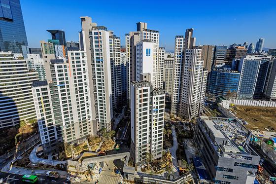 서울 서초구 서초동 옛 우성2차 재건축 단지인 래미안에스티지S. 지난 2월 준공해 시세가 3.3㎡당 평균 5500만원 이상 나간다. 사진 오른쪽 공터에 우성1차가 주택도시보증공사의 분양가 규제로 3.3㎡당 4489만원에 분양한다.