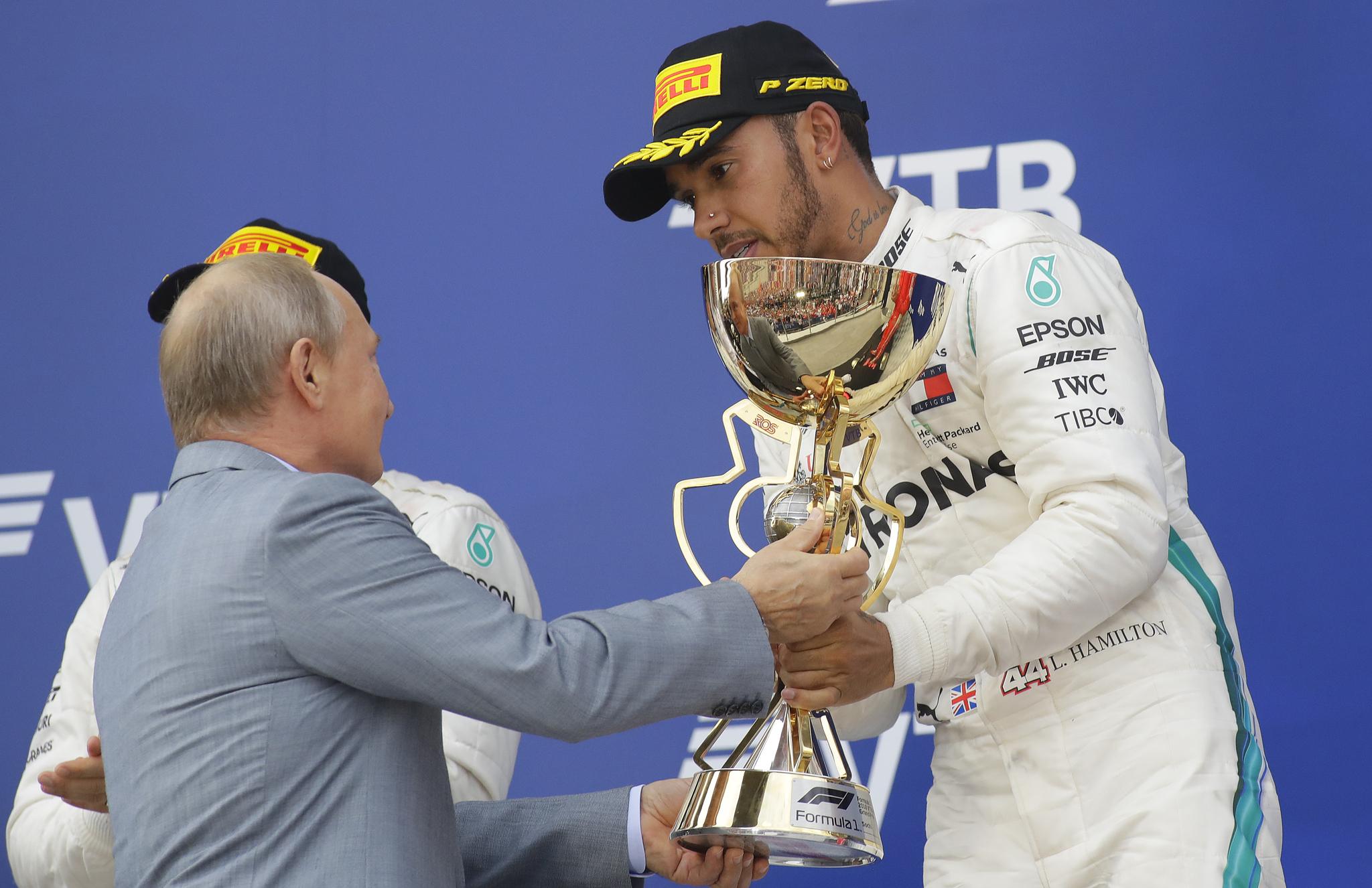 블라디미르 푸틴 대통령이 지난 30일(현지시간) 러시아 소치에서 열린 러시아 F1 그랑프리에 참석해 우승자인 메르세데스 드라이버 Lewis Hamilton에게 트라피를 전달하고 있다. [AP=연합뉴스]