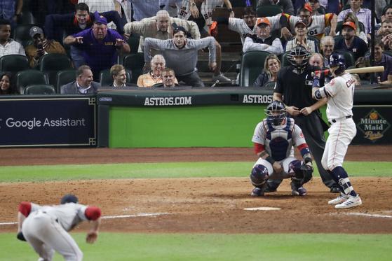 보스턴 마무리 크레이그 킴브럴이 아메리칸리그 챔피언십시리즈 4차전에서 특유의 폼으로 타자를 노려보고 있다. [AP=연합뉴스]